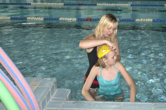 Dziecko chore na Sanfilippo w basenie