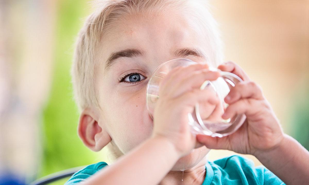 Chłopczyk pije wodę